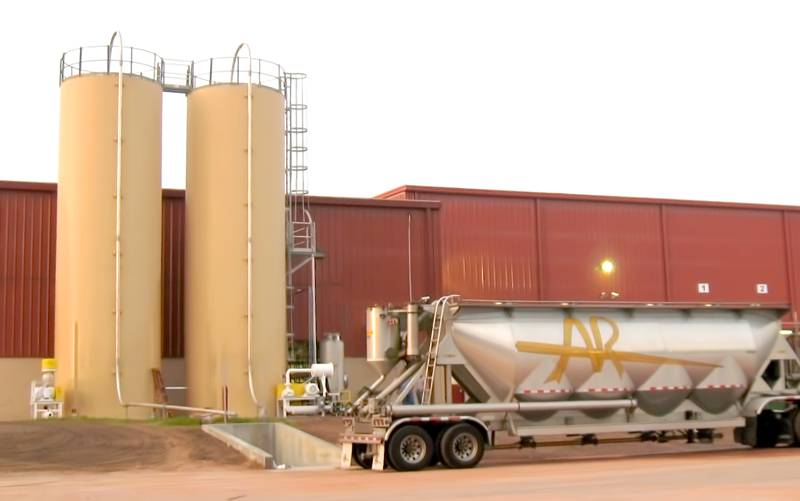 US Systems Truck Unloading Station Conveys Material Into a Silo